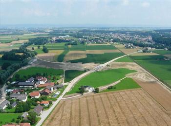 Luftbild: Bau einer Einbindemulde und Flutstrecke an der Mattig